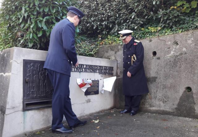 Hauptmann Erik W. (l.) und der Gouverneur der Insel Guernsey, Vize Admiral Sir Ian Corder ...