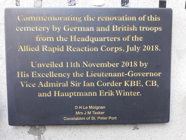 Auf der Tafel steht: Gedenken an die Erneuerung dieses Friedhofs ...